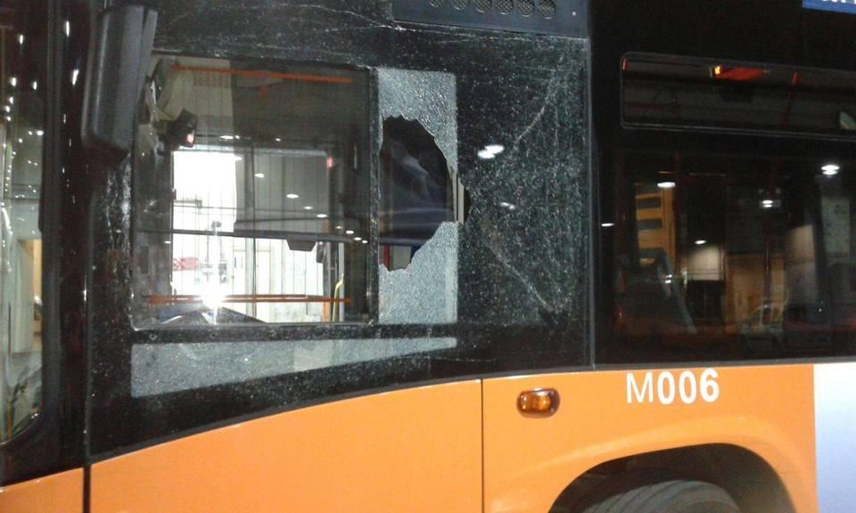 Anm: i vetri di un bus vengono colpiti da una baby gang