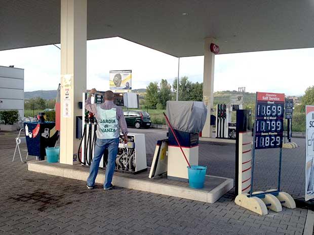 Camorra, duro colpo al clan Contini: sequestrati 41 distributori di benzina