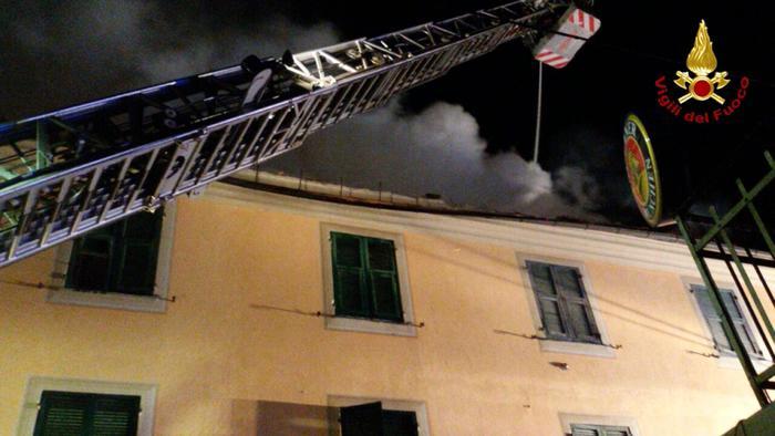 La casa brucia, famiglia si lancia dalla finestra