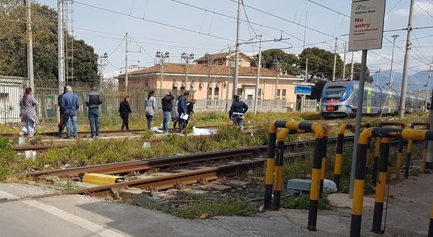 Torre Annunziata, travolto dal treno sui binari: muore un uomo