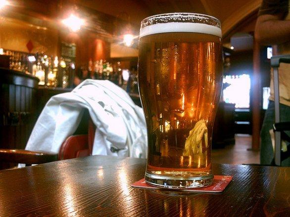 La birra tarda ad arrivare, donna sfregia cameriera nel Napoletano