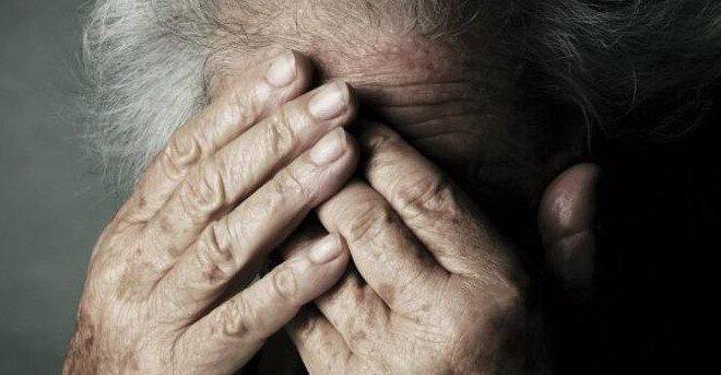 Picchiano due anziani e la figlia affetta da una grave malattia, denunciati