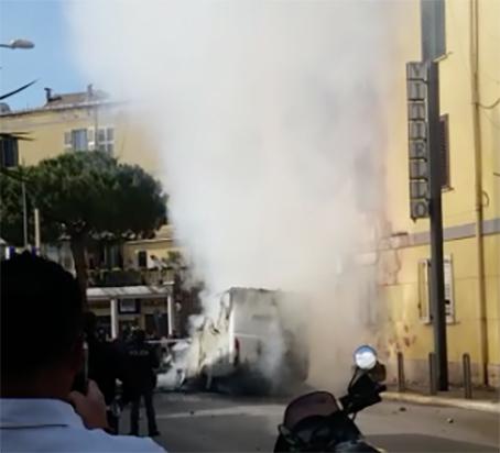 Torre Annunziata, terrore in via Vittorio Veneto: a fuoco camper di turisti