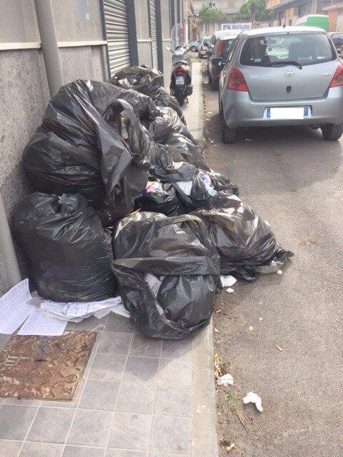 ponticelli rifiuti in strada