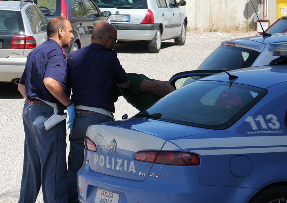 Spaccia mentre è ai domiciliari, 78enne arrestato dalla polizia a Fondi
