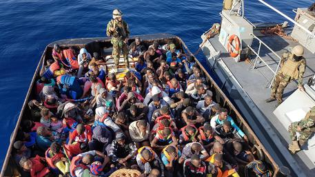 Migranti, sbarco choc in Campania a bordo 26 donne morte in mare