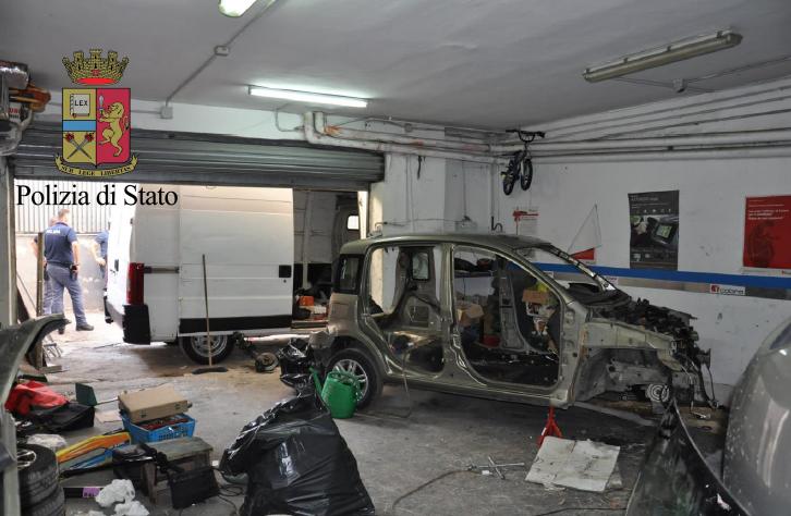 Napoli nel garage della madre aveva allestito la centrale for Garage centrale auto dijon