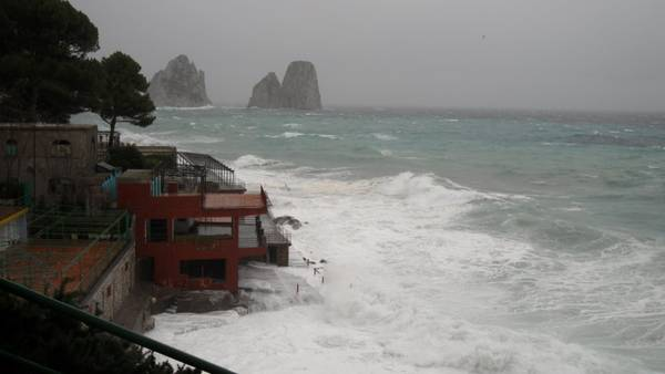 mare agitato capri