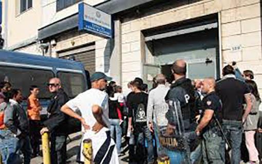 Napoli ressa all 39 ufficio immigrazione della questura for Questura napoli permesso di soggiorno