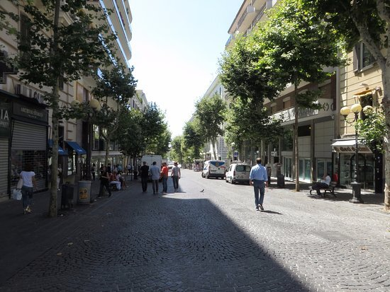 Napoli, noto imprenditore rapinato in città. Bottino di 35mila euro