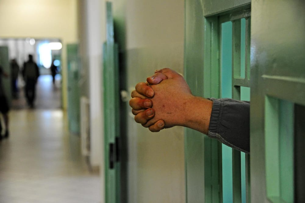 Rientra in carcere dal permesso con un ovulo di hashish