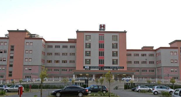 Neonata nasce morta all'ospedale di Sarno, il papà distrugge il reparto