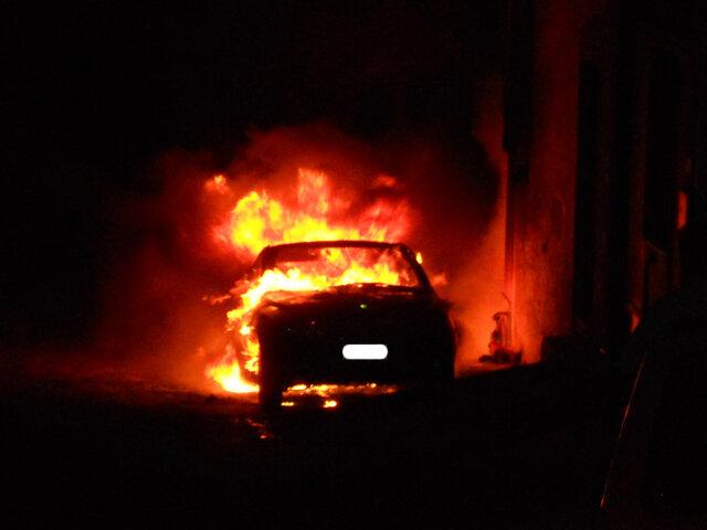 Auto incendiata, bombe carta e petardi: notte folle a Foggia