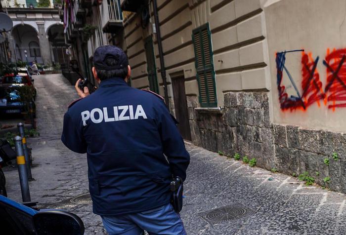Movida insanguinata a Napoli, spari e accoltellamenti: 6 feriti