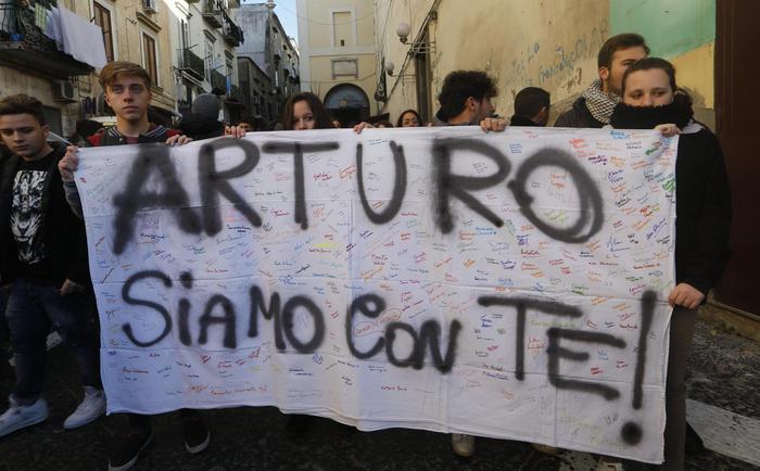 Napoli, 17enne accoltellato, gli amici organizzano corteo: