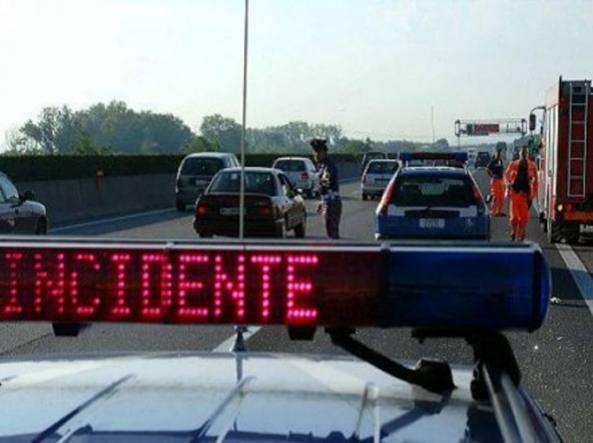Tragedia in autostrada. Si schiantano in Porsche. Due giovani morti