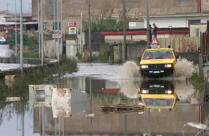 Esonda il fiume Sarno, malati intrappolati nelle loro case