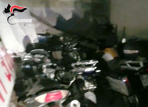 Licola, scoperto garage di moto rubate: arrestato meccanico di Qualiano