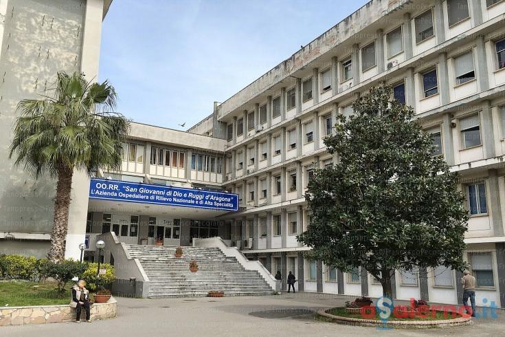 Salerno, Salerno, detenuto danneggia il reparto dell'ospedale dove è ricoverato