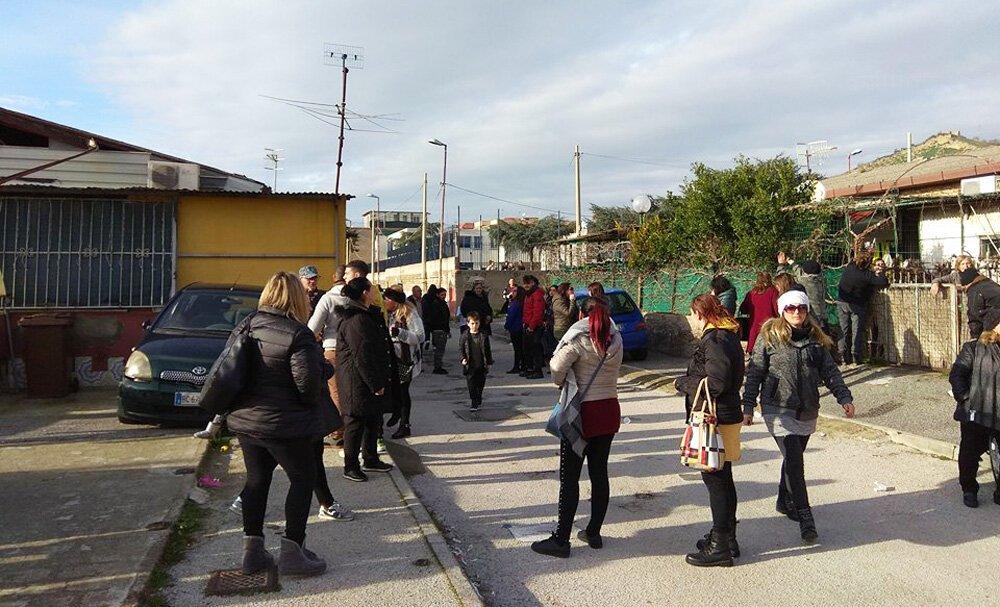 sgombero pozzuoli, Prosegue lo sgombero dei container a Pozzuoli, minacce sui social al sindaco Figliolia