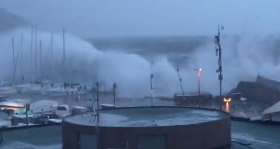 rapallo mareggiata distrugge la diga del porto carlo riva