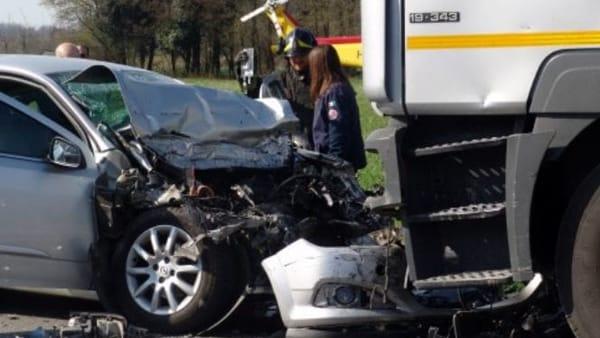 ragazzo, Scontro tra auto e Tir: muore ragazzo di 24 anni di Aversa