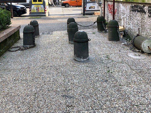 Napoli, parco Mascagna: dissuasori abbattuti come birilli