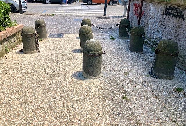 Napoli, catene recise nell'area pedonale del parco Mascagna