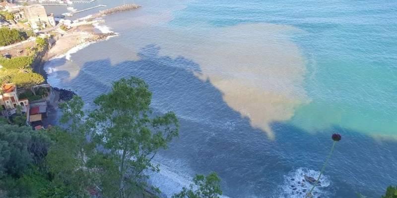 mare inquinato litorale vicano, Mare inquinato, chiazze marroni sul litorale Vicano e anche sul Lungomare di Napoli e a San Giovanni a Teduccio