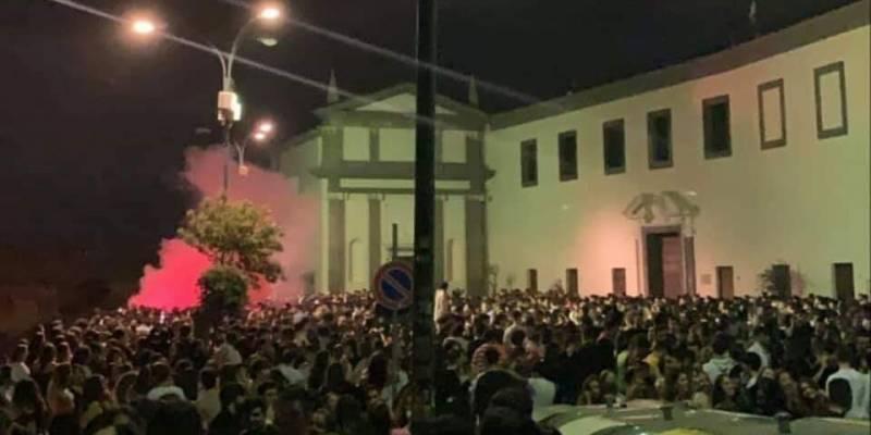 san martino, Napoli, alcuni ragazzi festeggiano la fine della scuola a San Martino con super assembramenti, fumogeni e fuochi artificiali fino a tarda notte