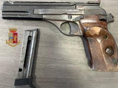 Napoli, rapinatori minorenni sparano per rapinare un coetaneo: inseguiti e arrestati