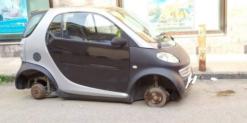 Napoli furto pneumatici, Napoli, rubavano pneumatici dalle auto in sosta: presi in due
