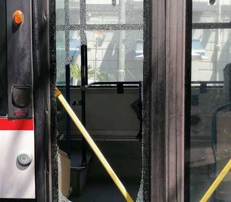 Napoli spacca vetro bus con un calcio, Napoli, sale sul bus senza mascherina e viene invitato a scendere, spacca un vetro con un calcio