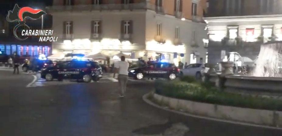 Napoli,si tuffa nella fontana di piazza Trieste e Trento, Napoli, si tuffa nella fontana di piazza Trieste e Trento per una sfida social