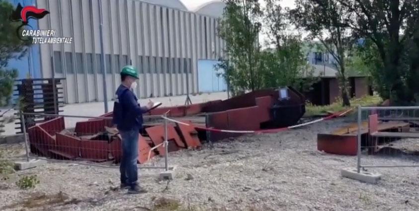 ripulivano rifiuti ferrosi