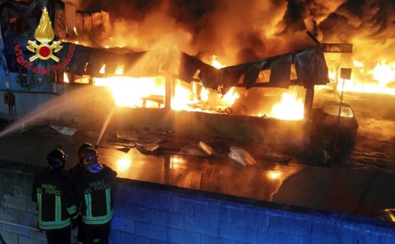 Incendio distrugge deposito giudiziario nel Casertano