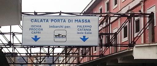 Napoli. turista cade in mare sul porto