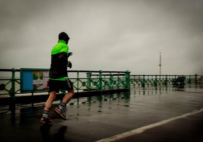 correre sotto la pioggia