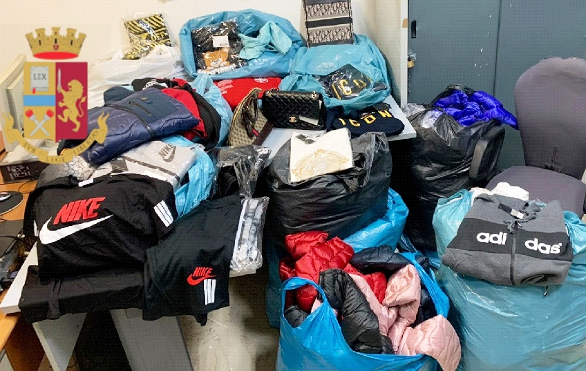 Napoli,capi di abbigliamento contraffatti,buvero