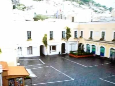 La 'Piazzetta' di Capri vuota, bar e caffe' chiusi