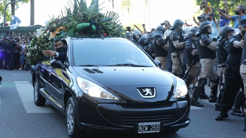 Maradona: scontri con la polizia davanti al cimitero