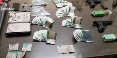 Napoli, droga, armi e banconote 'macchiate' sequestrate a Barra