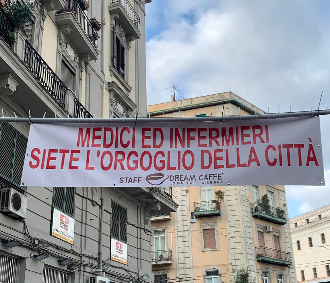 Piazza Carlo III,striscione,medici,infermieri