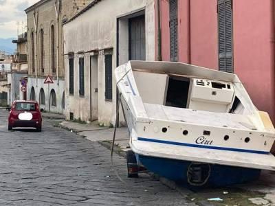 a ercolano barca abbandonata in strada tra l'indifferenza
