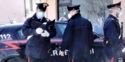Cade balcone, Cade dal balcone, giovane donna in gravi condizioni: indagano i carabinieri