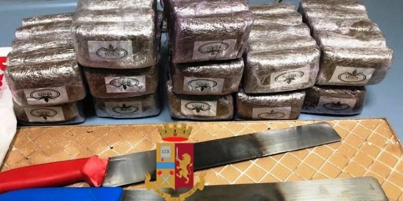 Napoli droga arrestata 34enne di Scampia, Napoli, nasconde droga in casa: arrestata 34enne di Scampia
