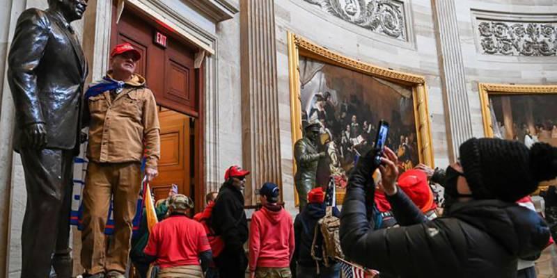 I manifestanti pro Trump occupano l'aula del Senato