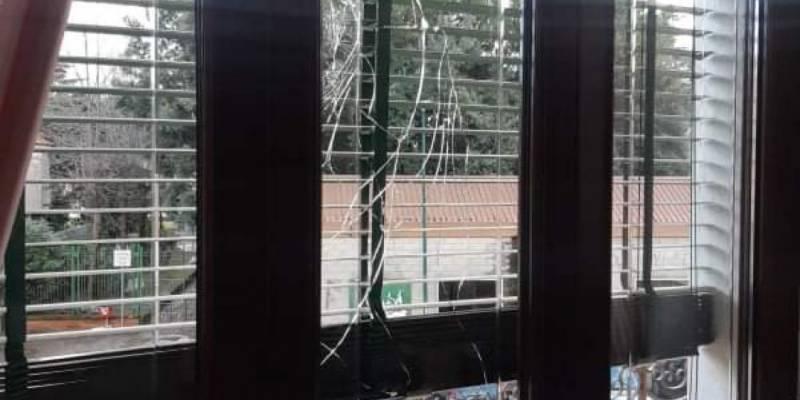 botti di capodanno napoli, Botti di Capodanno a Napoli, razzo distrugge finestra a Soccavo
