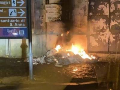 duomo caserta, Caserta, rifiuti dati alle fiamme all'ingresso del Duomo, danneggiate le mura della chiesa