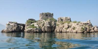 degrado isolotto, In stato di abbandono l'isolotto di Plinio il Vecchio. L'appello di Archeoclub d'Italia